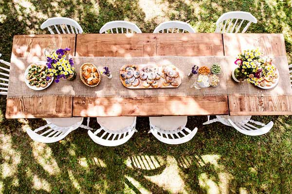 table set for a garden party or celebration p25ddqr